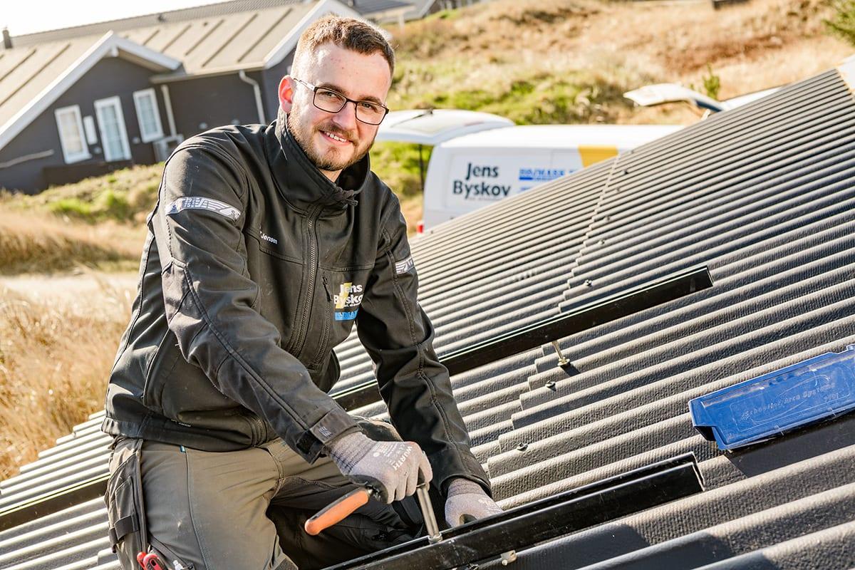 Solcellemontering på sommerhustag Jens Byskov A/S