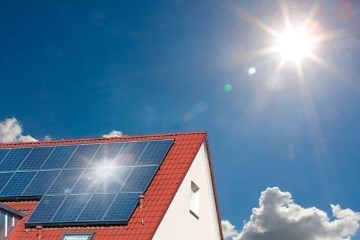 Solcelleanlæg på et tag i